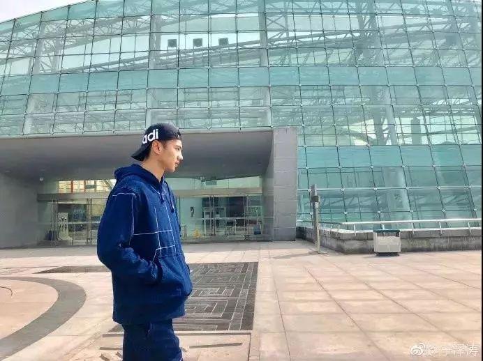 宁泽涛在体育馆前。图片来自宁泽涛微博