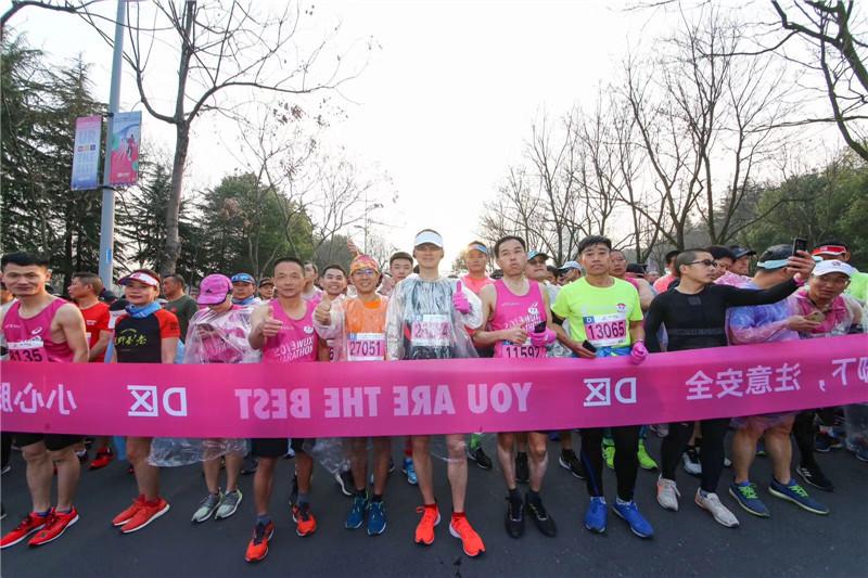 2019无锡马拉松开跑 3.3万名选手享受樱花之旅