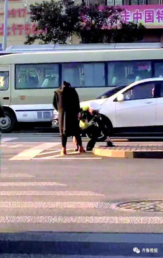 """济南街头暖心一幕:交警蹲下为孕妇系鞋带""""您站着,让我来"""""""