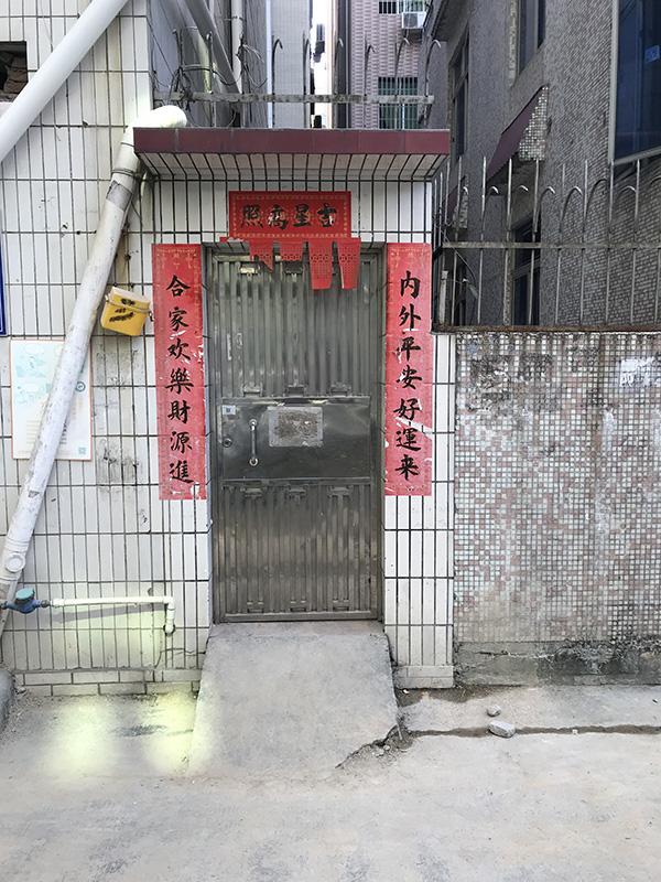 小楼的铁门 澎湃新闻记者 沈文迪 图