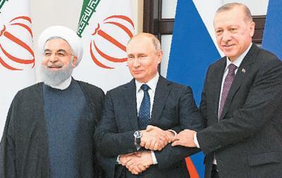 图为2月14日,在俄罗斯索契,俄总统普京(中)、土耳其总统埃尔多安(右)和伊朗总统鲁哈尼举行会谈前握手。 新华社/卫星社