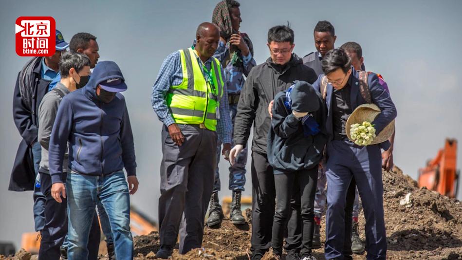 埃航空难现场设灵堂祭奠:遇难者家属亲手挖遗物 久久不愿离去