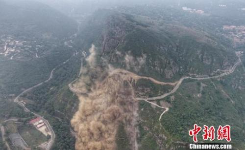 北京房山军红路塌方爆破清理 预计10月底恢复临时通行
