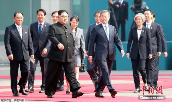 资料图:当地时间2018年4月27日上午9时30分(北京时间8时30分),朝鲜最高领导人金正恩从板门店跨越军事分界线,与韩国总统文在寅握手,实现初次会面。