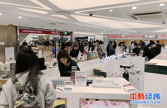 资料图:消费者在免税店选购商品 中新经纬摄