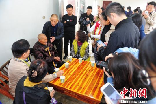 华文媒体访钟祥:步步是历史 处处有故事(图)