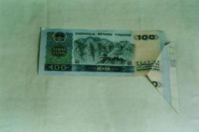 图文:湖北巴东发现价值万元的百元人民币残币