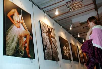 新浪文教资料图片,图为人体摄影艺术大展在福建展出时,观众正在观看
