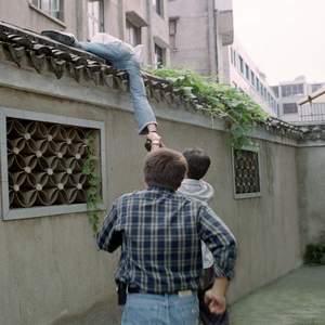 图文:嫌犯手拿板砖拒捕