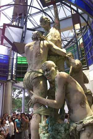 法国顶级人体艺术_新闻报道    当地时间6月21日,几名法国艺术家在新加坡闹市区进行人体
