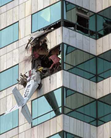 美国小型飞机撞向佛罗里达坦帕市中心大厦(附图)