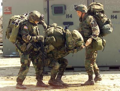 士兵在帮助同伴背背包