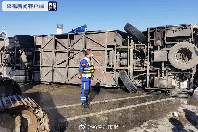 河北平山县一载51人通勤班车坠河已救出38人 肇事司机被控制