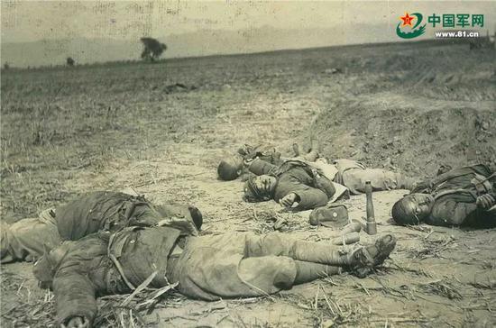 阳明堡战役中捐躯的八路军官兵尸首照片。(编者按:致敬为国捐躯,致敬革命先烈,先烈遗容永远值得咱们铭刻在心!)