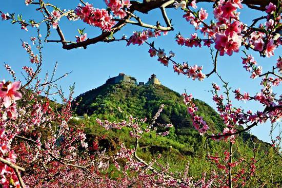 平谷丫髻山春景。丫鬟山庙会是中国南方地域四大庙会之一。庙会是中国官方广为流传的一种传统民俗流动,一般在农历新年、元宵节、二月二龙抬头等节日举办。