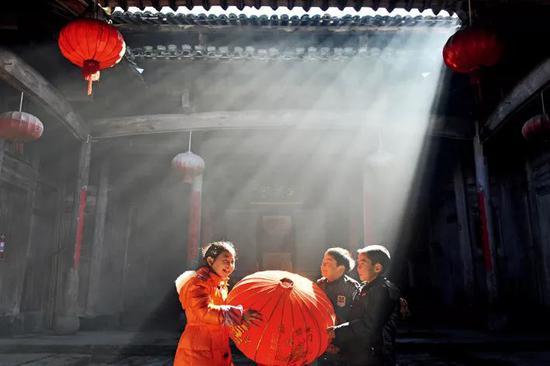 灯笼为中国人的传统节日营造喜庆的氛围。图为浙江省临安市岛石镇杨家村,小伴侣预备红灯笼,迎接新年到来。