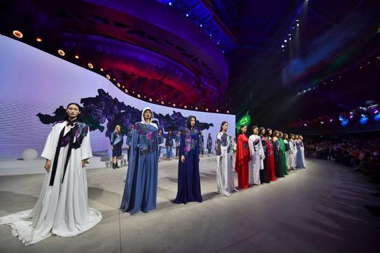 刚刚,2020北京时装周开幕!