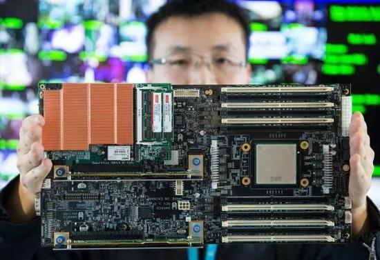 ▲质料图片:去年12月举办的北京智能计算工业研究院举办的公布会上,工作人员在现场展示高通量人工智能一体机的核心部件。(新华网)