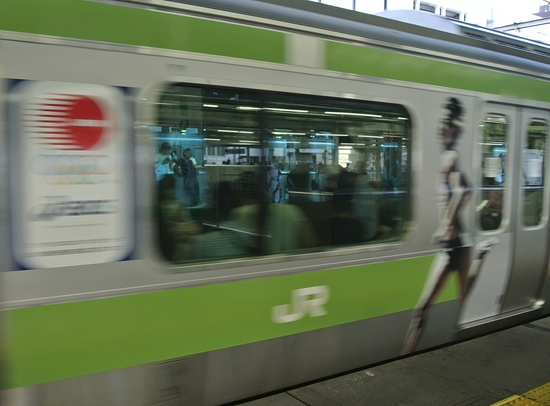 日本首都圈铁路大范围停运 约23万人出行受影响