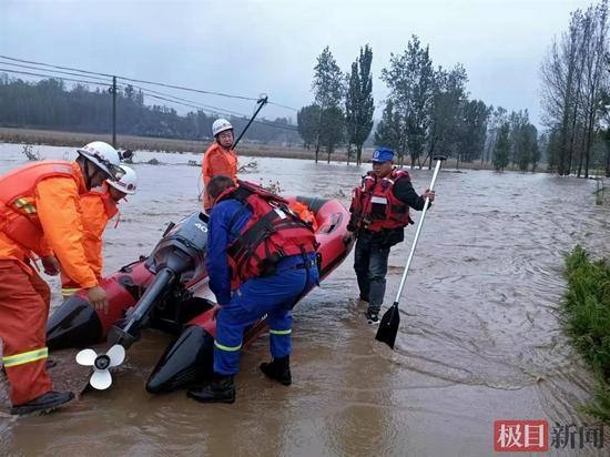 洪灾和寒潮袭扰下的山西县城:多座桥遭冲毁物资运输难,救援人员冻得腿抽筋
