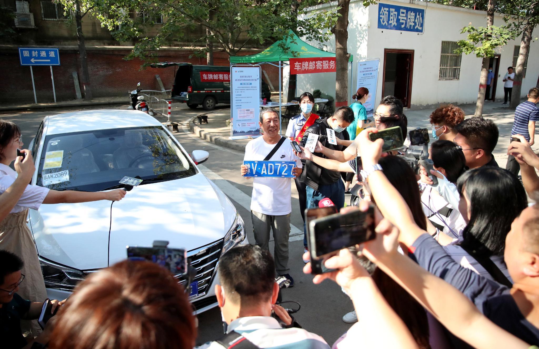 郑州第一张豫V号牌车主:太激动了 手在发抖