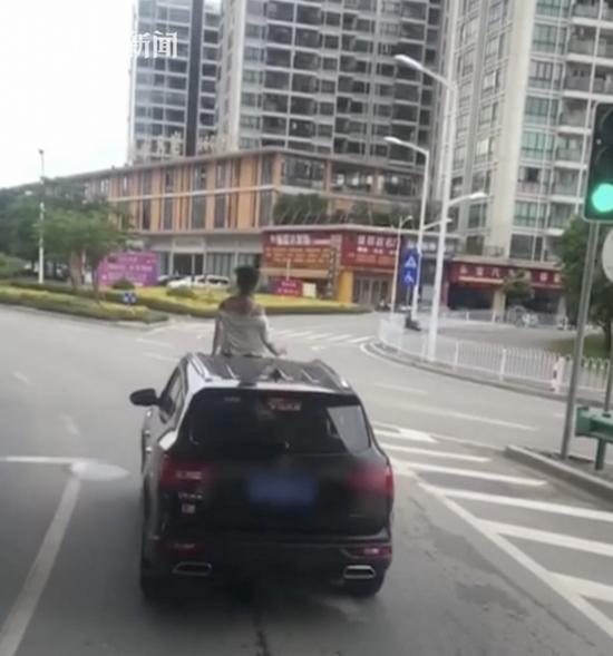 轿车行驶中女子半个身子探出天窗外 脱衣尬舞