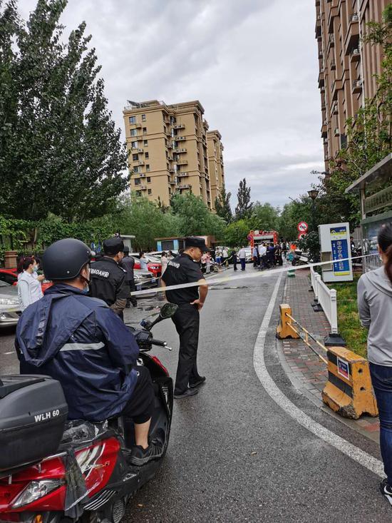 北京朝阳一居民楼地下室配电箱冒烟 整楼居民被疏散