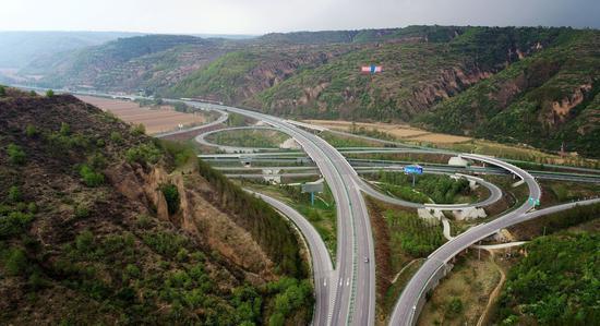 5月5日无人机拍摄的陕西延安洛川县境内包茂高速公路盘道(新华网)
