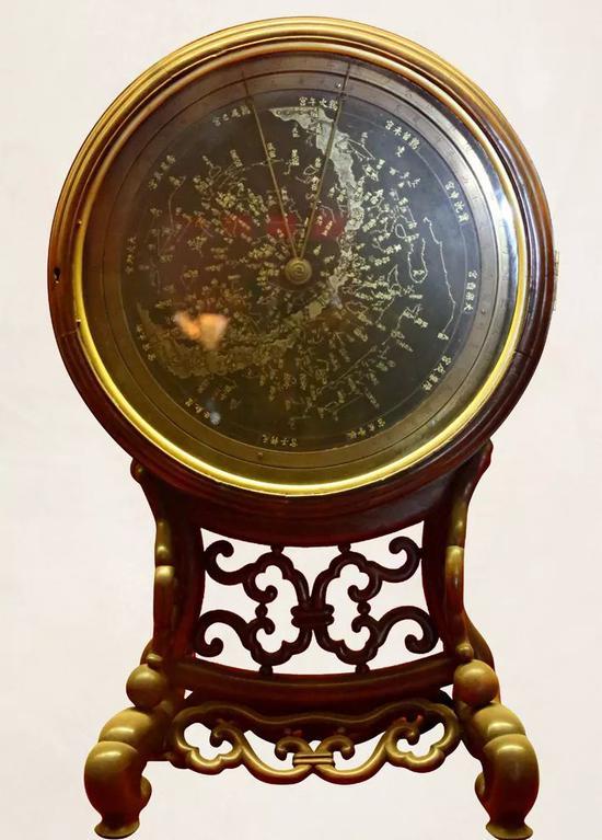 故宫博物院钟表馆所藏紫檀北极恒星图时辰骨气钟。
