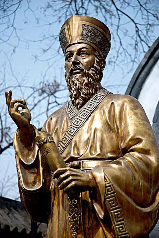 意大利耶稣会布道士利玛窦像。利玛窦在其著述《利玛窦中国札记》中写他到中国同伙那边做客,加入了中国的节日流动,体验了那时节庆局面的震动 。