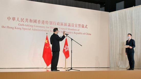 香港举行区议员宣誓仪式 监誓人:17人宣誓存疑