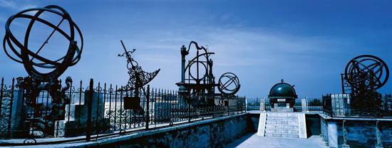 17世纪中叶,中国天文学的水平与欧洲相当濒临。图为今位于北京市开国门立交桥西南角的北京古观象台,它是我国明清两代的皇家天文台,上陈列有8架清制天文仪器。