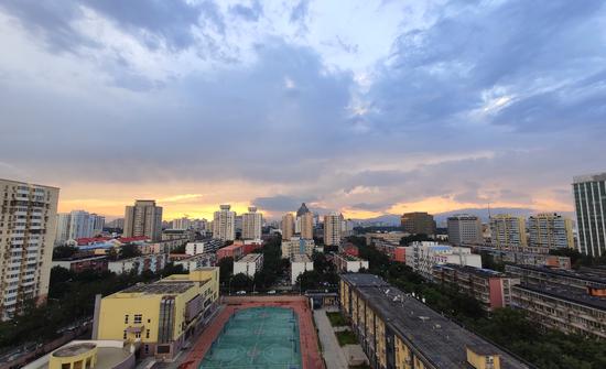 美!雨后京城,晚霞与彩虹交辉(图)