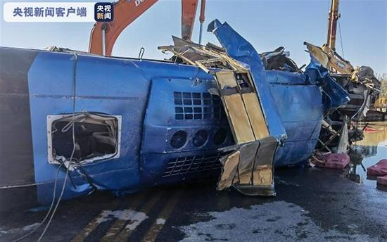 河北通勤班车坠河已致2人死亡12人失联