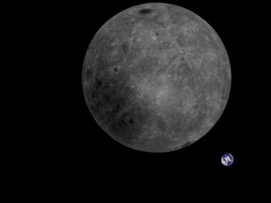 """""""龙江二号""""拍下的""""完满""""月地同框照(德温厄洛射电望远镜推特)"""