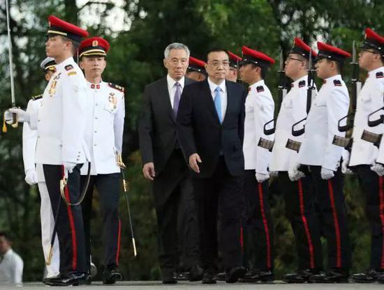 ▲2018年11月12日,李显龙在总统府广场为李克强举办隆重的欢迎仪式。(新华网)