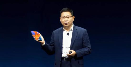 ▲华为公司24日在西班牙巴塞罗那公布该公司首款第五代移动通信技巧(5G)折叠屏手机Mate X。新华社