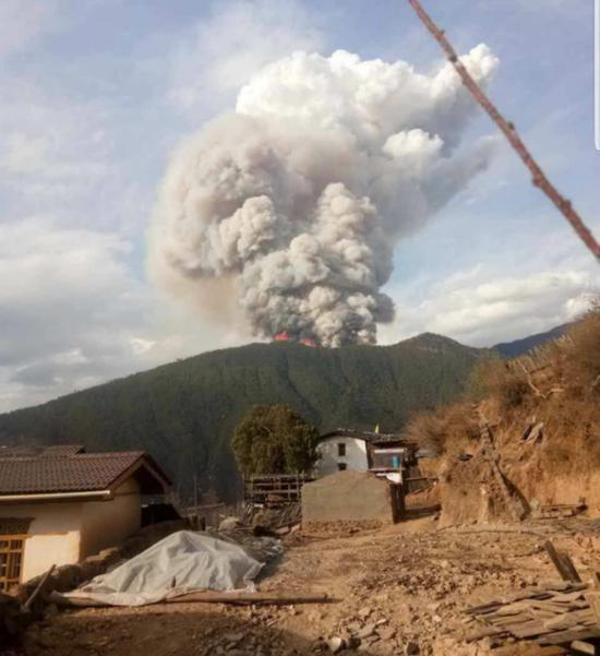 凉山火灾现场冒出大量浓烟 。来源:应急办理部