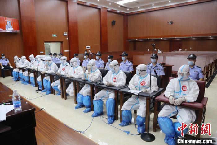 广西贺州市陈永忠等12人重大涉黑案一审开庭