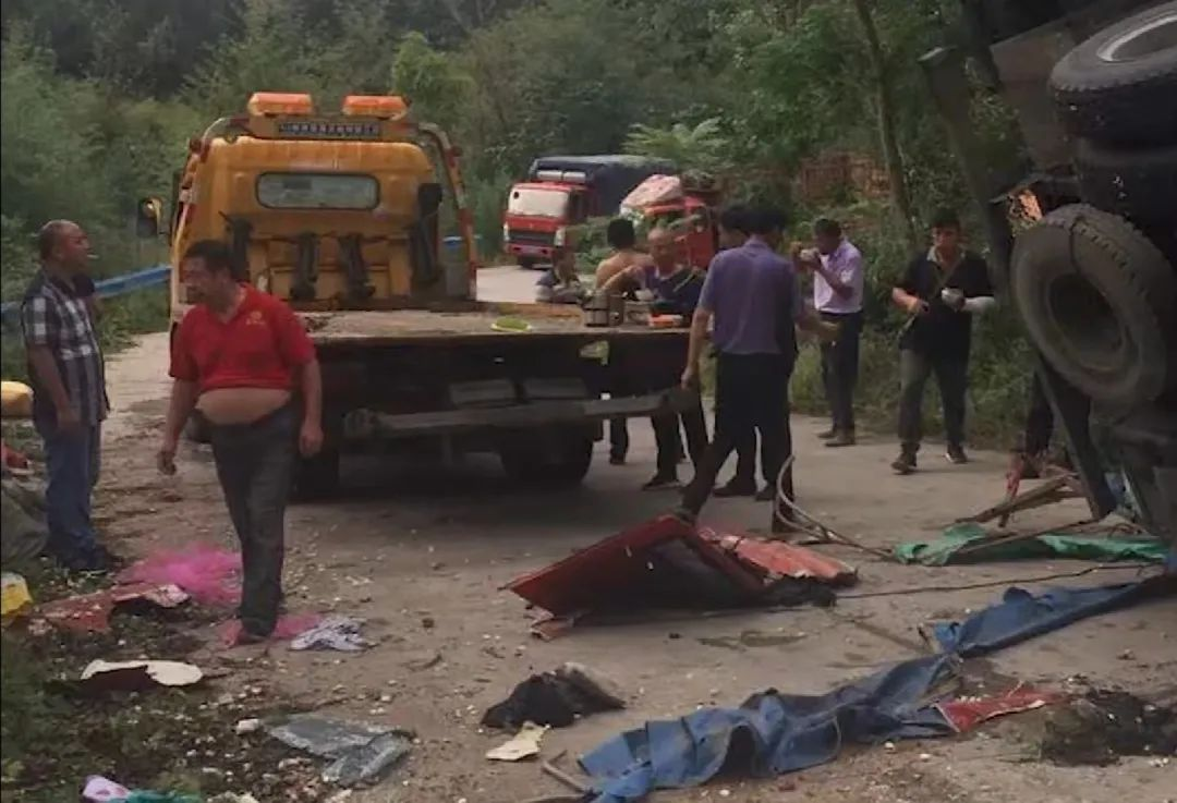 河南货车侧翻致捡蒜群众8死11伤 现场画面曝光