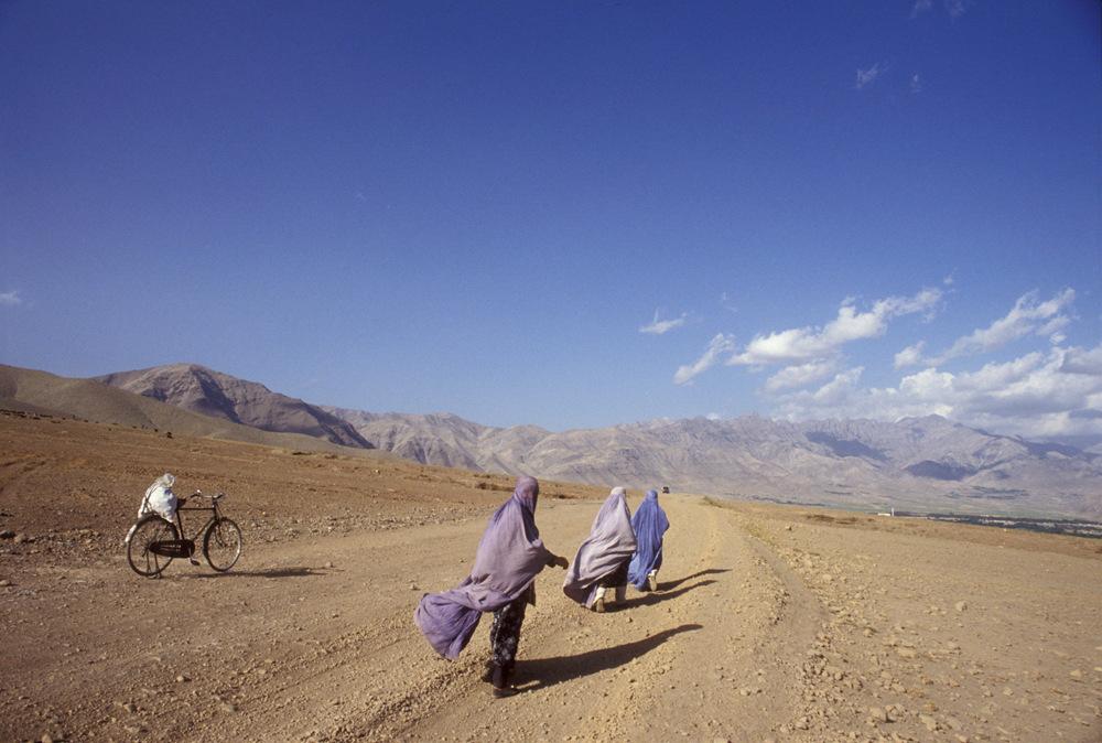 """""""必须戴面罩""""、""""亲人被杀""""…阿富汗妇女怎么说?"""
