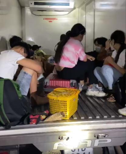 越南15人封城期间躲冷藏车逃离疫区 警察看到惊了