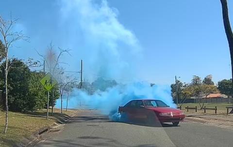 澳大利亚一派对现场汽车狂飙冒蓝烟 警方展开追捕