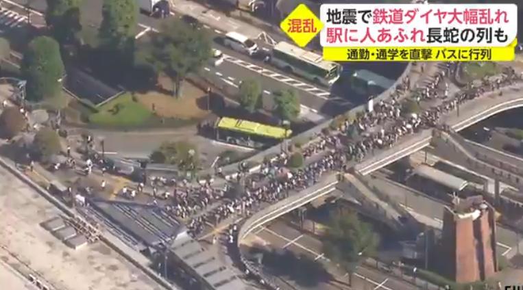 东京都震后民众回家困难 官员称未来一周还有强震