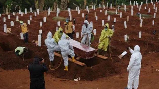 印尼一省惩罚不戴口罩者:去为新冠肺炎死者挖坟墓
