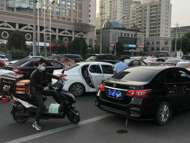 北京:商圈周边路口运营车辆随处停靠上下客,违法!