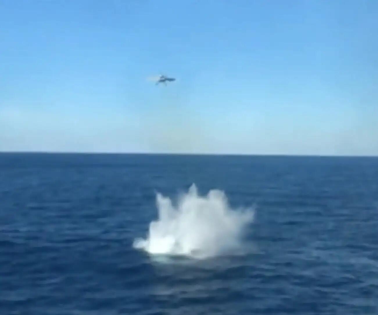 美军舰载机弹射起飞时副油箱脱落 直接栽进海里