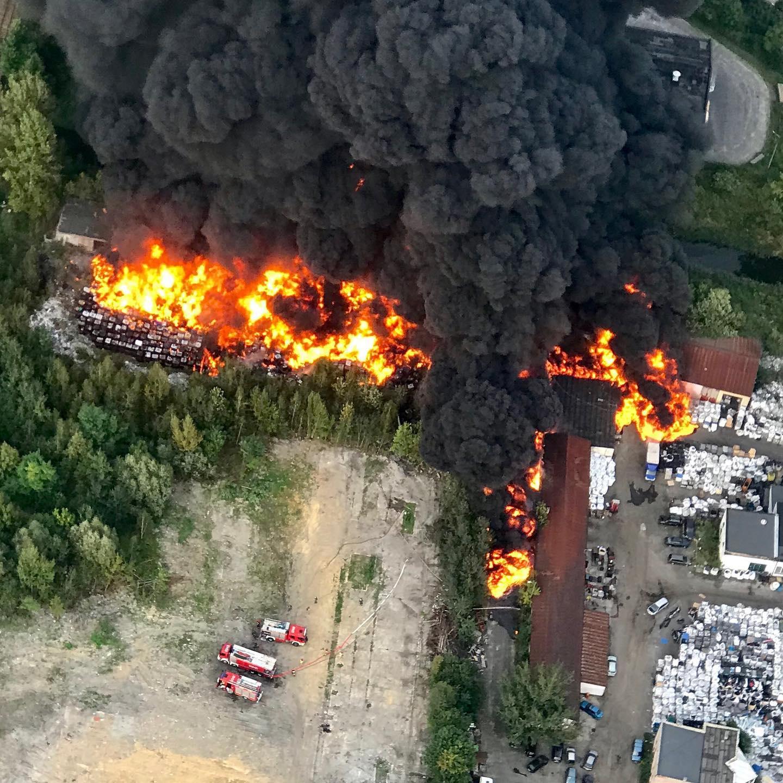 波兰一疑似化学废物贮存场发生火灾 起火原因不明