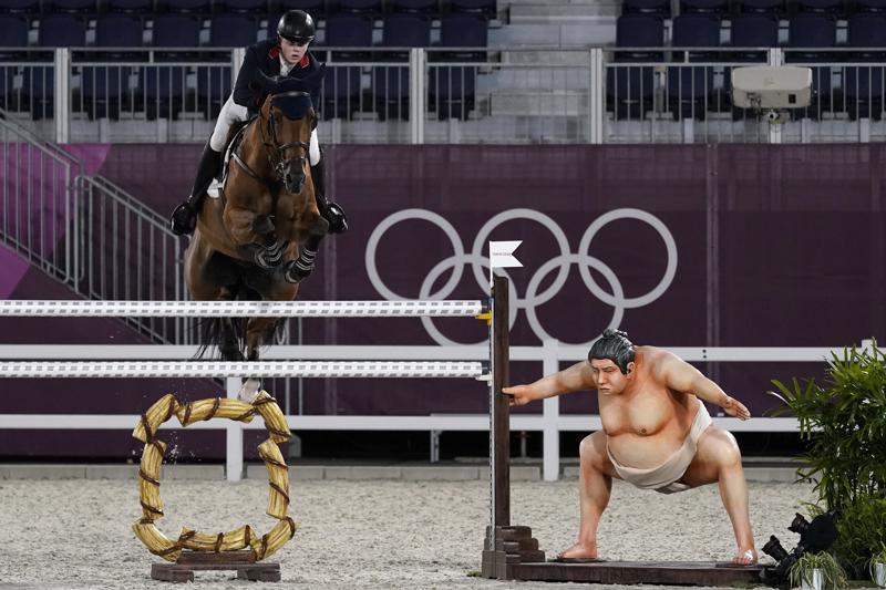 奥运会赛场上的相扑雕塑,把赛马吓坏了