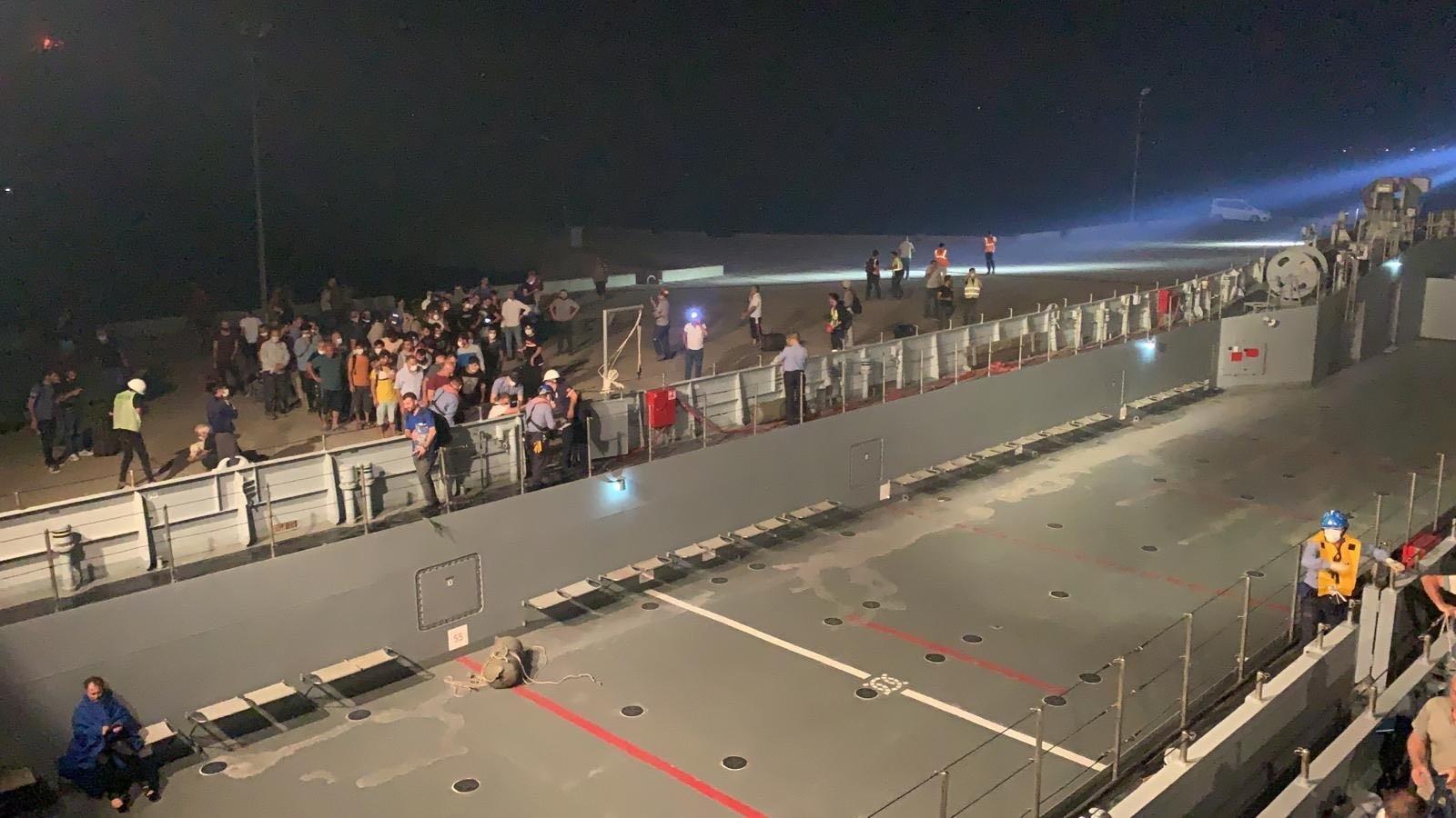 土耳其出动军舰疏散受火灾威胁的群众